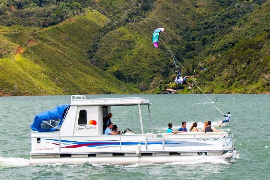 Paseo en Ponton en el Lago Calima, Darién Colombia.